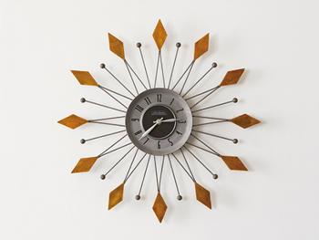 こちらの印象的なデザインの壁掛け時計は、太陽をモチーフにした晴れやかなデザイン。ミッドセンチュリー時代に愛された時代を象徴するデザインで、一目見てグッと引き込まれる存在感を持った時計です。モダンスタイルにはもちろん、爽やかな西海岸スタイルにもおすすめです。