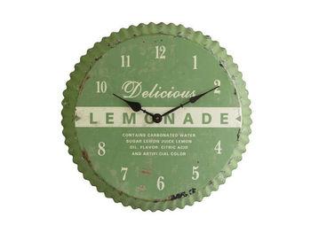 思わず「ふふっ」と笑顔になれるユニークなデザインの壁掛け時計。そう、なんとビンの蓋の形をしているんです。文字盤には、レモネードの文字があるので、レモネードの蓋をイメージしているのでしょう。錆びた風合いも雰囲気があり、ヴィンテージスタイルのお部屋などに、個性と味わいを与えてくれますよ。