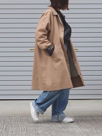 ゆるっとしたシルエットが特徴のボーイフレンドコートに白スニーカーを合わせて。ボーイッシュなコーデにもぴったりです。主役を引き立たせる名脇役でもあります♪