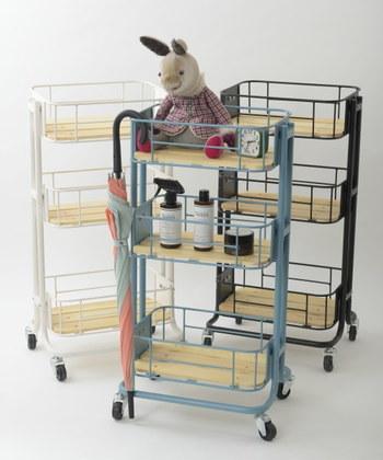 お部屋の広さが限られていて収納スペースを取りにくい時は、縦型ワゴンを上手に使ってみましょう。赤ちゃんのケアに必要な物をワゴンひとつにまとめておけば、ベビーアイテムの収納場所に赤ちゃんを連れていくのではなく、赤ちゃんがいるところにワゴンを運べばOK。お風呂、おむつ替え、食事など、生活の中のさまざまな場面で活躍しそうです。