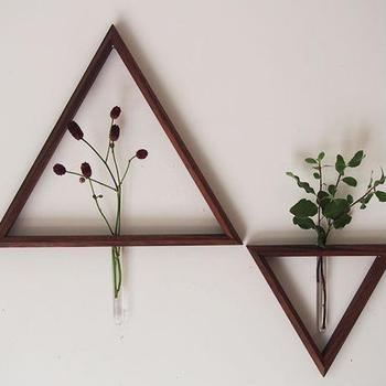 木工作家「うだまさし」さんの作品、トライアングル型の一輪挿しです。シンプルな形ですが、他にはなかなか無いデザインであり、壁面をモダンで個性的な印象にしてくれます。試験管がむき出しになっていて、花がトライアングルに刺さっているかのようなユニークなアイデアも素敵です。