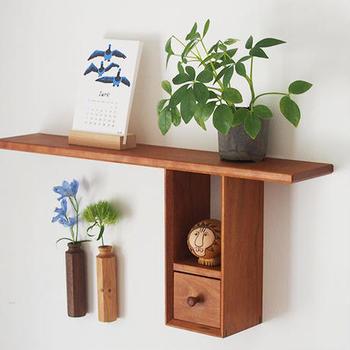 """元々""""箱物職人""""だった作家「ふるいともかず」さんが製作した、木の温もりたっぷりの壁掛けラック。チェリー材を使用した、少し明るめの木色が、白い壁に彩りを添えます。T型の珍しい形で、面白い配置を楽しめそう。小さな引き出しもかわいらしく、ハンコなどの小さな小物収納に活躍しますよ。"""