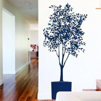 壁面に浮かび上がる、大きな植木。インパクト抜群で、一つ取り入れるだけで壁面がグッとおしゃれな雰囲気に。植物のデザインはどんなお部屋にも合わせやすいですよ。