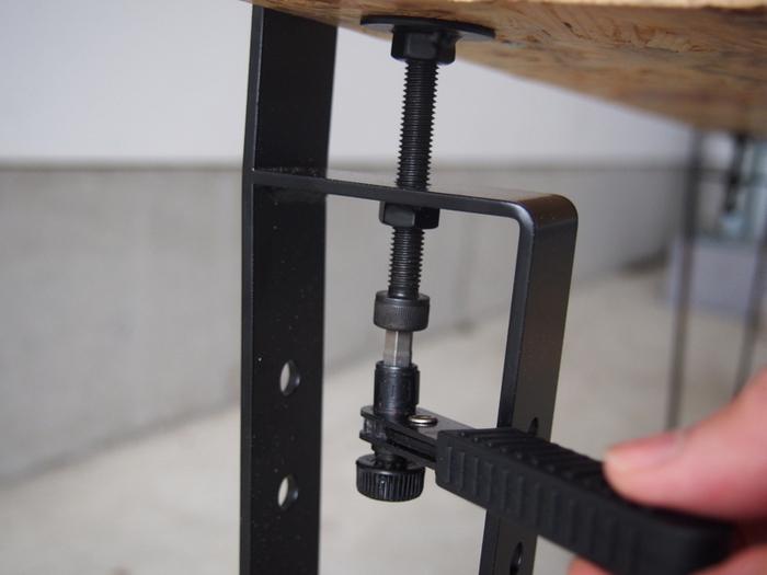 こちらがそのキットで、ローテーブル用です。 天板を挟んで、ネジを回しながら固定していきます。 初心者でも簡単に取り付けられ、不要になったときに分解するのも楽にできますよ。