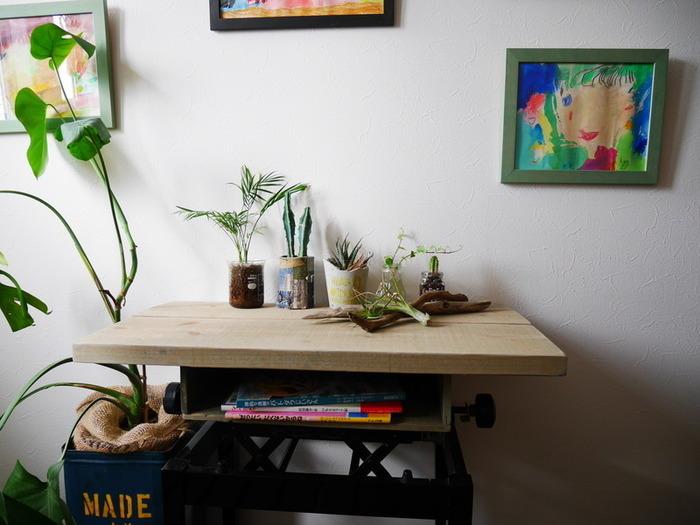 ピアノ用の椅子のクッション部分を外します。 天板は足場板を好みの色に塗装して使用。 引き出しを設ければ、スクールデスクのように、小ぶりながら使い勝手のよいテーブルに変身。
