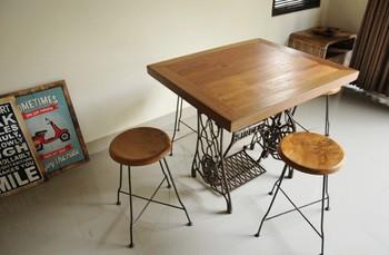 アンティークミシンの土台を活かしたダイニングテーブルは、おしゃれでナチュラルインテリアにぴったり。 少し大変ですが、愛着の湧くインテリアになりそう。