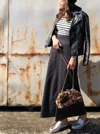 シックなモノトーンコーデには、黒に近い濃いグレーのロングスカートを。バッグや靴で、さし色を入れるのがオススメ。