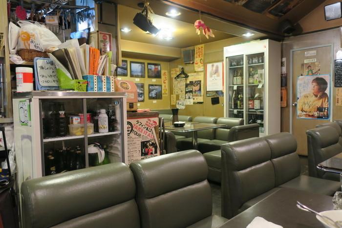 昼は定食屋、夜は居酒屋として利用できる「カヤシマ」。だからか喫茶店のような、スナックのような昭和レトロな雰囲気。いつ来ても落ち着く空間です。