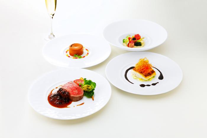 レストランには、ランチとディナーそれぞれコース料理が用意されています。ディナーは予約制のため、あらかじめ確認しておきましょう。カフェでは主にドリンクが楽しめます。「河越抹茶ラテ」や「河越ほうじ茶ラテ」などの和風ドリンクが充実しているほか、スイーツもありますよ♪