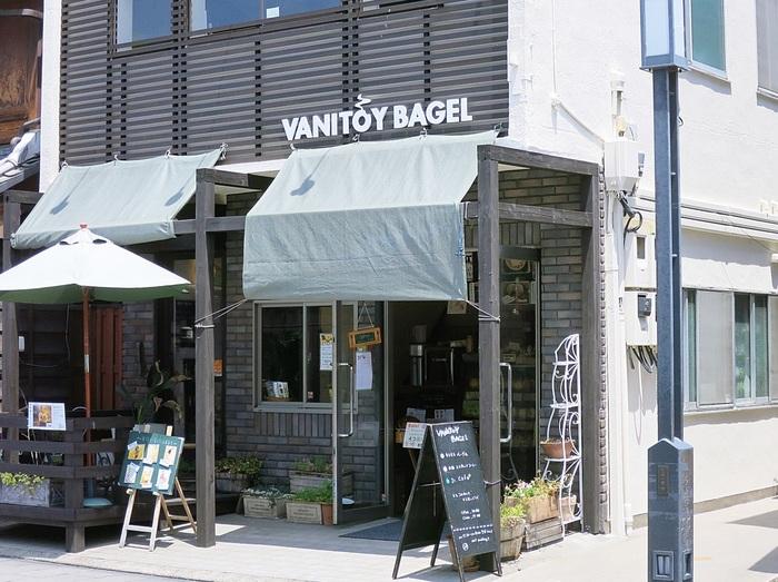 「VANITOY BAGEL 蔵づくり本店(バニトイ ベーグル)」は、川越氷川神社から徒歩約10分のところにあるお店です。東京都国分寺にも店舗を構えるお店の本店。お店に入ると、豊富な種類のベーグルが並んでいます。テイクアウトのほか、2階のイートインスペースで食べることもできますよ♪