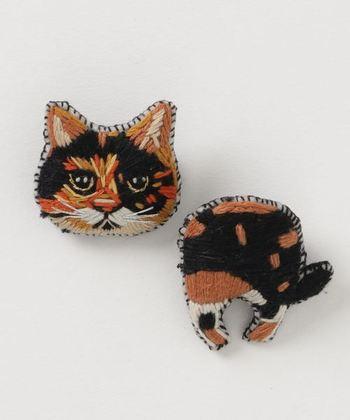 人気の刺繍作家「タマオ」さんのネコシリーズ。手刺繍の温もりはもちろん、独特な表情と色使いが特徴的。見ているだけで楽しくなるブローチです。