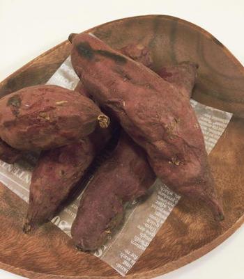 さらに、魚焼きグリルは野菜料理にもおすすめ。直火によって野菜のうまみが凝縮します。焼き芋をはじめ、枝豆・そら豆・ヤングコーン・栗など季節ごとの旬野菜のグリルは絶品です。このほかにも、お菓子作りや揚げ物の温めなおし、トースター代わりに食パンを焼くなど魚焼きグリルにはいろいろな活用法があります。
