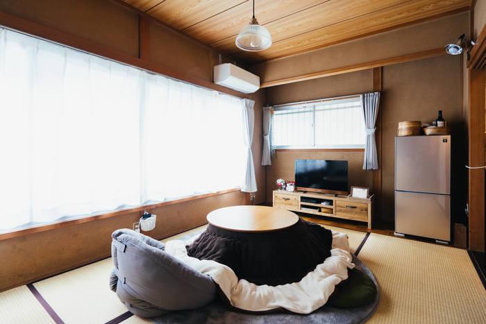 砂壁や畳が残る昔ながらの内装ですが、すっきりと整理されお手本にしたい和風のナチュラルモダン。壁、畳の縁、こたつ布団、家電、テレビボードと、ブラウンでまとめられているので統一感があります。丸いテーブルが、和風になりすぎないポイントですね。