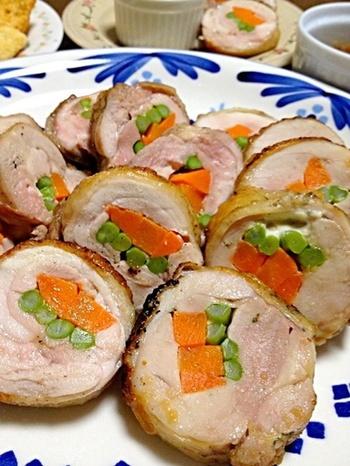 通常はオーブンで作るロールチキンも、魚焼きグリルでできます。アルミホイルをかぶせて両面を約10分ずつ焼き、しばらくグリル内に置きます。余分な脂も落ちて、さっぱりヘルシーな一品に。