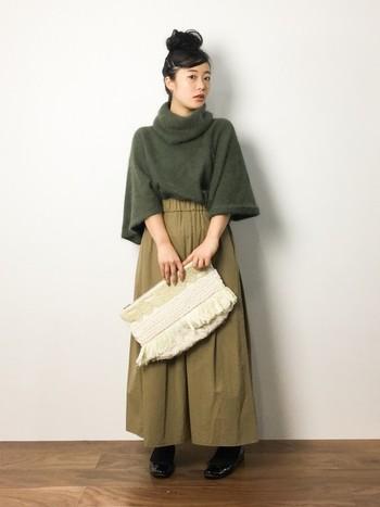 大人かわいいゆるニットとボリュームスカートの組み合わせ。ニットの裾は中に入れ込み、シルエットに女性らしいメリハリを。