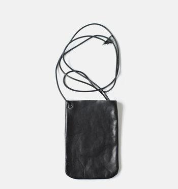 ポケットに紐を通したような、どこまでもシンプルなデザインが素敵。ホースレザーの上品な質感が伝わってきます。
