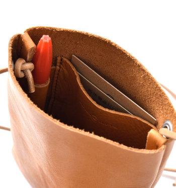 内側は小さなポケットとペン差しが付いています。カードや鍵などを入れておけそう。
