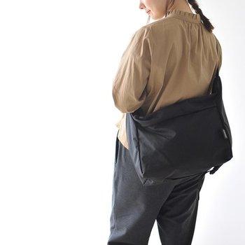 少し大きめのデザインがメンズライクでカッコいいショルダーバッグです。耐久性の高いコーデュラナイロンを使っているから、タフな扱いにも耐えてくれます。