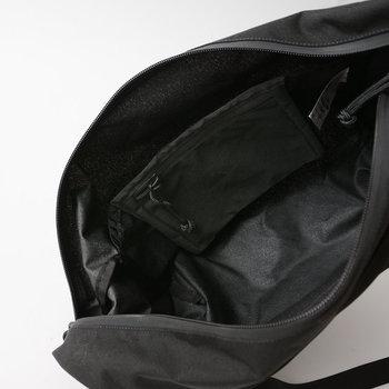 内側はジップ式のポケットが付いていて、荷物の分別に便利です。大きく開くジップだから、中に入れたものも探しやすい。
