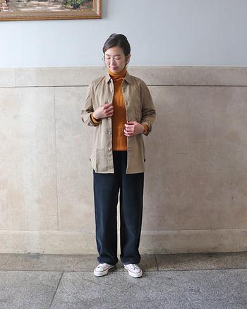 ベージュカラーのビックシャツに太めのストレートパンツを合わせたメンズライクなカジュアルコーデ。秋冬はコーデュロイ素材でほっこり。秋はシャツ一枚で、寒い冬はインナーにこんな風にタートルを加えて色合わせを楽しんで。