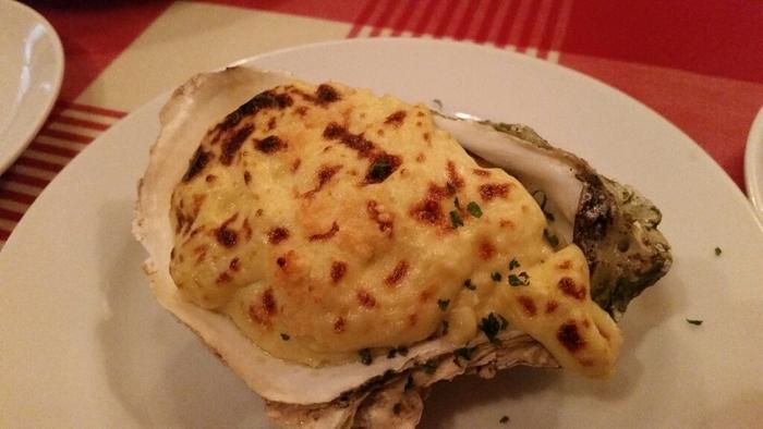 牡蠣の殻が器になった冬季限定の「生ガキのグラタン」は、香ばしく焼き色のついたチーズと、旨みがたっぷり詰まった牡蠣が最高の組み合わせです。ワインと一緒にいかがですか?