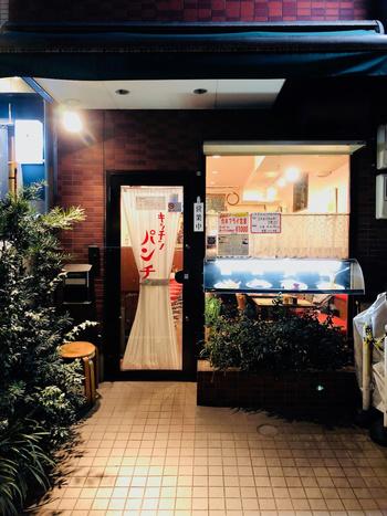 中目黒駅から徒歩約3分のところにある「キッチン パンチ」。レトロなフォントが可愛い看板、ドア、食品サンプルの並ぶ店前ディスプレイ。完璧な外観です。