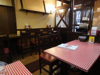懐かしい気持ちにさせてくれる、赤チェックのテーブルクロスと、クラシックな赤いイス。銀座に行った時にはつい立ち寄りたくなるお店です。