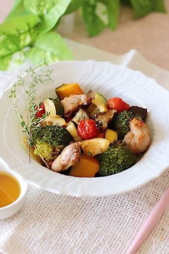鶏肉・野菜をオーブンでじっくりと焼く、素材の旨味を引き出してくれる一品。  タレは醤油やみりんを使った和風ベースですが、パンにもよく合いますよ。パンと一緒に、旬の野菜をたっぷりと味わえるメニューです。