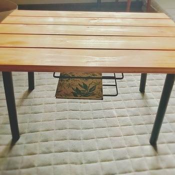 テーブル下にちょっとあると便利な収納スペース。 100円ショップのラックやトレイを、天板裏に取り付けるだけで作れますよ。  こちらはセリアのアイアン風キッチンラックなのだそう。 アンティークっぽい雰囲気でおしゃれですね。