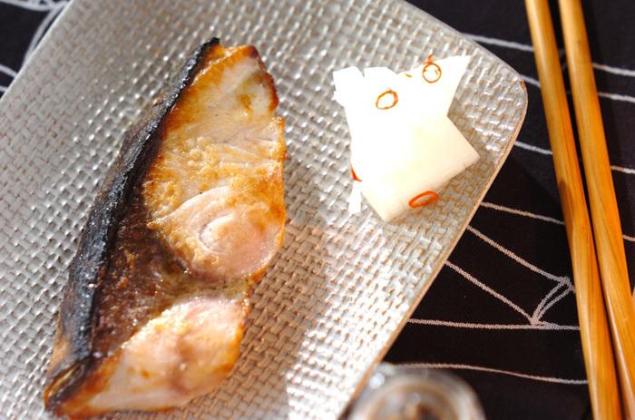 """ぶりは縁起の良い魚とされていることをご存知ですか? 日本では成長するにつれて名前が変化していく魚を""""出世魚""""と呼び、縁起が良いとされています。 このため、お正月料理にブリの照り焼きをお重に詰めたりする習慣がある地域も。  ぶりの生涯の呼び名は関東や関西、富山県など地域によって異なりますが、関東では、わかし→いなだ→わらさ→ぶりと変化していきます。"""