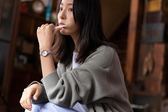 休日の朝、いつもよりのんびり身じたくを整えながら一日のプランを考える。 時間を気にかけるために腕時計をするのではなく、ゆったりとしたこの時を一緒に味わいたいから――自分のアイデンティティが感じられる一本は、つい身に着けたくなってしまうようです。