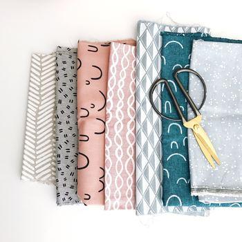 カルトナージュ作りの中でも布選びは楽しい時間のひとつ。外側と内側で違う布を使うのも◎重ねて置いて相性をチェックしてみましょう。