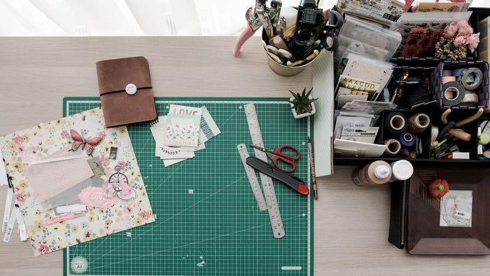 厚紙を正確にカットすることが上手に組み立てられるポイントなので、カッター板やカッター、定規などをきちんと用意しましょう。作るアイテムの大きさにもよりますが、細かい部分の作業をするのにデザインナイフがあると便利です。