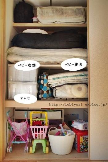 赤ちゃんを和室で寝かせることが多い場合は、押し入れの一角をベビーアイテム専用のスペースに使うママさんが多いよう。おむつや衣類、赤ちゃん用の寝具もまとめて入れられ、来客時には襖を閉めてすべて隠してしまえるのも便利です。