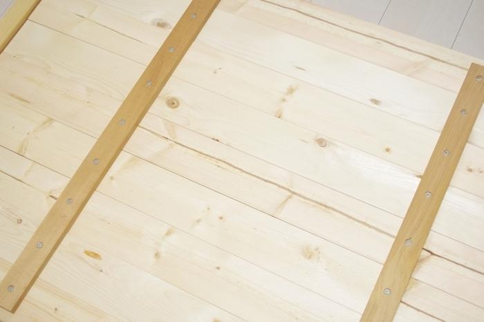天板に使用する板は、1枚板は高価で趣がありますが、材質によっては反りが気になることもあります。  複数枚を繋げて作ると、価格を抑えられ、強度も安定します。