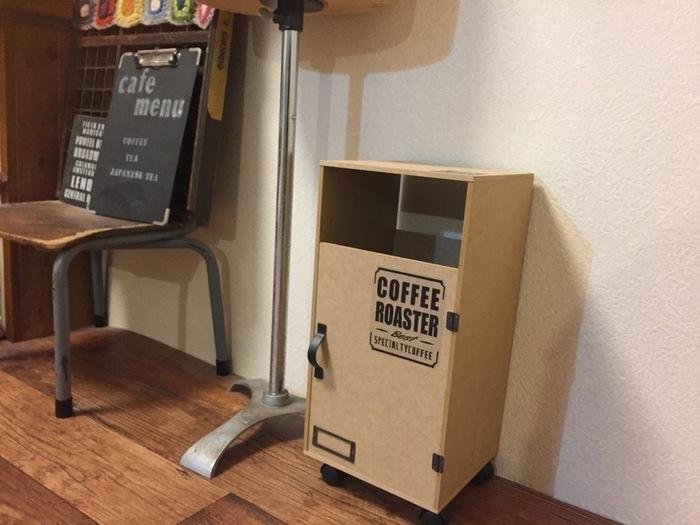 100円ショップのMDF材を使ったアイデアです。 木製ゴミ箱のように重たくなく、足元にキャスターをつけているので移動も簡単。 すっきりとした見た目で、どんなインテリアにも馴染みそうですね。