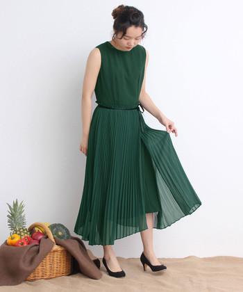 歩くたびにふわりと揺れる、柔らかなプリーツスカートのドレス。落ち着いたグリーンは、大人のかわいらしさを演出するのにちょうどいいカラー。