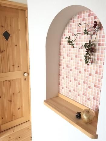 ニッチの壁面にタイルをプラス1することで、明るくポップな印象に。タイル風のキッチンシートなら、貼るだけで手軽に玄関のイメージチェンジができますよ。