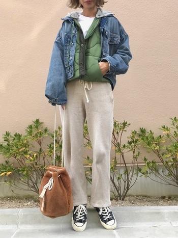 デニムジャケットの中にキルティングのブルゾンを合わせたコーデ。決して着ぶくれて見えないのは、インナーのパッキリとした白と細身のパンツのおかげ。