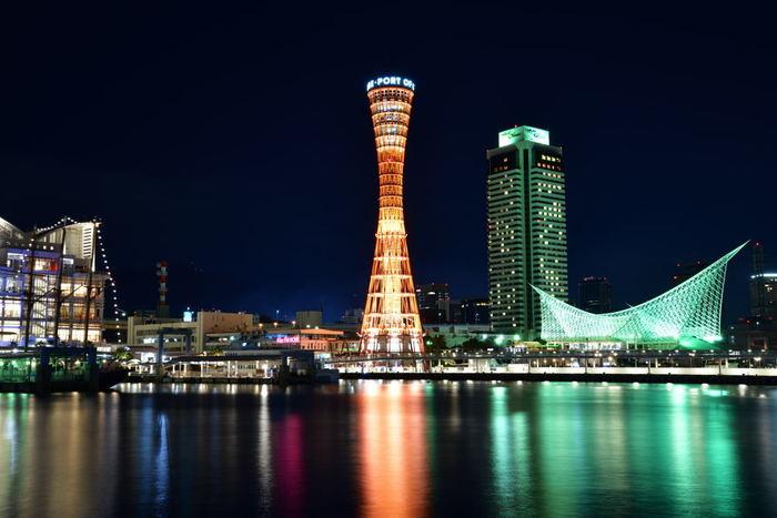 神戸を代表するおしゃれスポット「神戸ハーバーランド」。夜になるとシンボルのポートタワーや周辺の施設がライトアップされ、美しい景色が望めます。 またショッピングやグルメ・アミューズメントパークなど、多くの施設が集まる人気の観光スポットになっていて、近くにレンタサイクルもたくさんあるので、女子旅やファミリーでも一日中楽しむことができます。