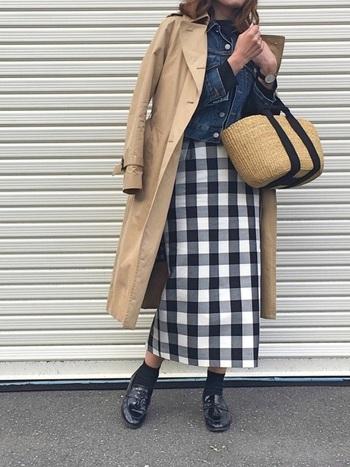 ギンガムチェックのタイトスカートをメインにしたコーデ。トレンチで合わせるだけだと「綺麗め」なコーデにまとまってしまうので、デニムジャケットでスパイスを+。これだけでとてもこなれます。