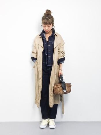 デニムのカラーで上下を揃えた、まるでつなぎを着ているような気分になるコーデ。ワークスタイルだけど、お団子ヘア+かごバッグで大人可愛いカジュアルさを忘れずに。