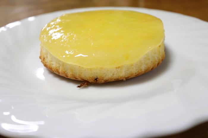 人気メニューは、メディアにも多く取り上げられている「デンマークチーズケーキ」。こちらのチーズケーキ、実はあつあつなんです!上にはとろとろのチーズがかかり、中のスポンジと上手く絡みあって何とも言えない美味しさ。テイクアウトもできるので、オーブントースターで焼いて食べれば、お家でも楽しめちゃいます。
