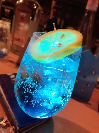 お昼のカフェタイムには星をモチーフにかたどったお料理や夜のバータイムには惑星をイメージした幻想的なオリジナルカクテルが提供されています。ノンアルコールカクテルもあるのでお酒が飲めない人も嬉しいですね。