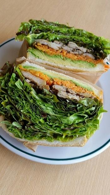 こちらでおすすめなのが、インスタ映え間違いなしのインパクトあるボリューミーな「サンドイッチ」。野菜たっぷりでヘルシーなので、パクパクっと食べれちゃいます。他にもふわふわの分厚いパンケーキもあり、ぜひ一度は食べに訪れたいカフェですね。