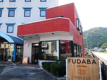 壁の赤とウッド調で落ち着いた雰囲気のお洒落カフェ「FUDABA kitchen(フダバキッチン)」。こちらのお店はビジネスホテルの1階にあり、駐車場も完備されているので安心です。