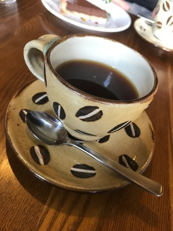 サンドイッチなどの軽食やスイーツも安定の美味しさですが、やはりこちらで人気なのは「コーヒー」。月ごとに豆の種類が変わるそうで、淹れ方にもこだわりがあるのだとか。コーヒー好きにはたまらない一杯を楽しむことができますね。