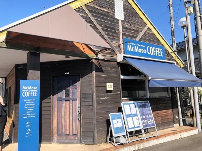 地元スーパーの駐車場の奥に佇む黒い板張りが渋い雰囲気の「Mr.Masa COFFEE(ミスターマサコーヒー)」。店内も同様にウッド調に統一され、落ち着いた雰囲気でリラックスできる優しい空間となっています。