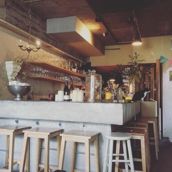 お昼はカフェ、夜はワインバーになる「BUENA VISTA」。目立つ看板がないので知ってる人でないと行かない隠れ家カフェになっています。店内はカウンター席とテーブル席があり、アンティーク調のオシャレな空間になっています。