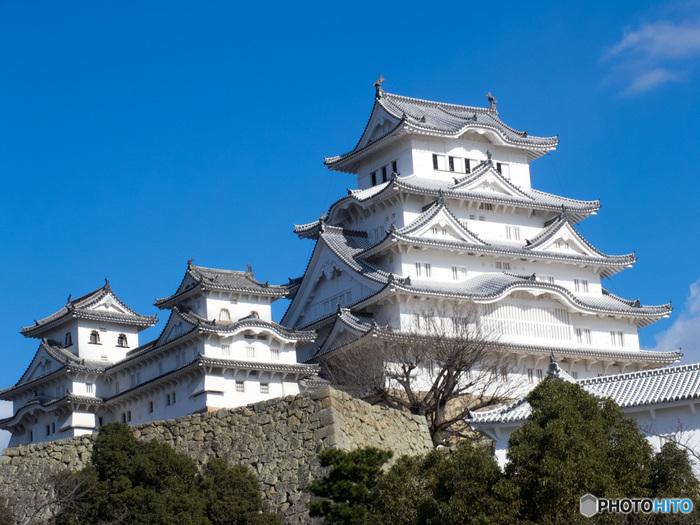 ユネスコの世界文化遺産に登録され日本100名城にも選ばれている国宝「姫路城」。天守の白壁がとても美しく、シラサギが羽を広げたような優美な姿から「白鷺城(しらさぎじょう・はくろじょう)」とも呼ばれています。また姫路城内は中が広くて見所がたくさんあり、専用アプリをダウンロードして城内で立ち上げることで、動画や写真で案内してくれる面白いシステムが大人気です。
